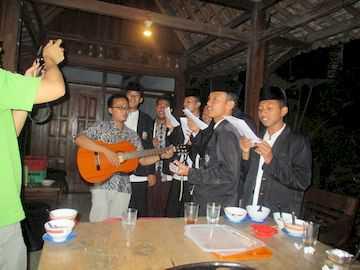 Bernyanyi-bersama-tim-hadroh